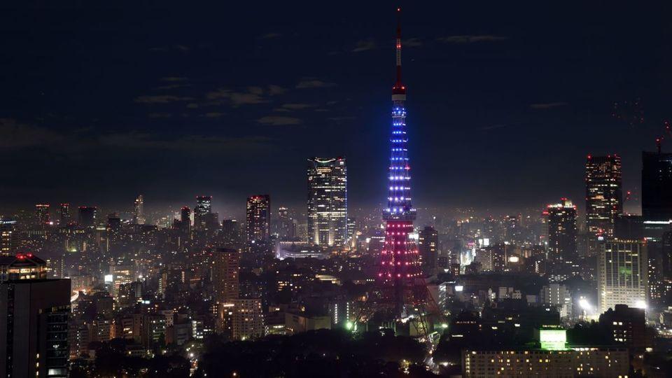 La tour de Tokyo affiche les couleurs tricolores du drapeau français en hommage aux victimes de l'attentat du 13 novembre 2015 à Paris. Photo AFP /KAZUHIRO NOGI